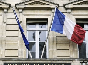 A picture taken on January 29, 2013 shows French flags on the fronton of Bank of France (Banque de France) building in Paris. AFP PHOTO / LIONEL BONAVENTURE